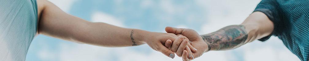 parterapi par der holder i hånden en sommerdag