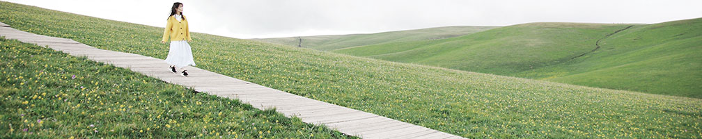 kvinde gå i en mark